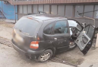 La Dârmâneşti, coliziune între un autoturism şi un tir