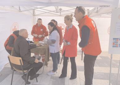 De Ziua Mondială a Sănătăţii, au măsurat gratuit tensiunea şi glicemia tuturor cetăţenilor care s-au oprit la cortul montat pe Platoul Prefecturii Dâmboviţa