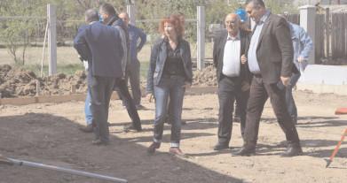 Preşedintele Consiliului Judeţean Dâmboviţa, Alexandru Oprea, continuă atât discuţiile cu edilii dâmboviţeni, cât şi deplasările pe teren