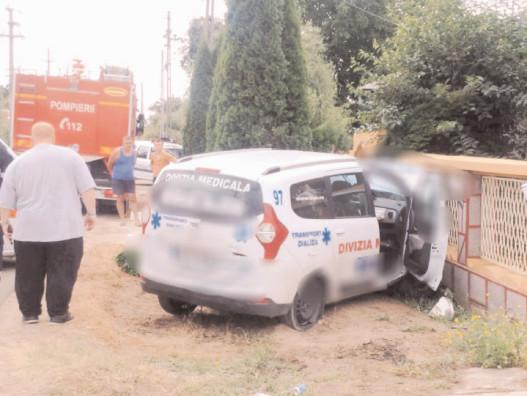 O ambulanţa privată în care se aflau pacienţi, s-a izbit de un gard