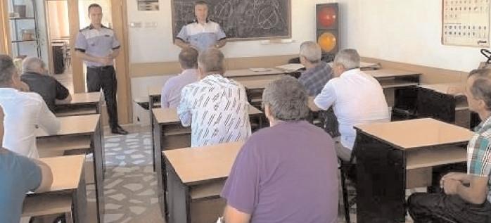 Sesiune de informare a poliţiştilor damboviteni cu şoferii de microbuze şcolare