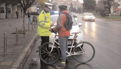 Bicicliştilor le este interzis să circule atunci când partea carosabilă este acoperită cu polei, gheaţă sau zăpadă