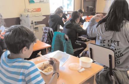 """Extinderea programului """"Masa caldă"""", peste 65.000 de elevi vor beneficia de acest program"""
