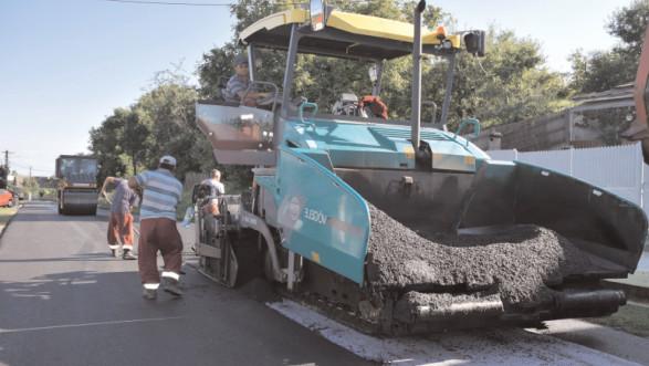 Alţi 44 de kilometri de drumuri judeţene vor beneficia de reparaţii şi întreţinere de covoare asfaltice