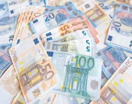 Euro stagnează aproape de cursul de vineri