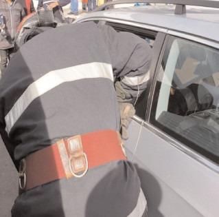 Copil blocat în autoturism, scos de pompierii târgovişteni