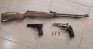 Cercetat pentru deţinerea fără drept de arme neletale din categoria celor supuse autorizării