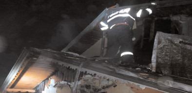 Incendiu la acoperişul unei case, în comuna Văcăreşti