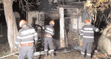 Trei ore s-au luptat cu flăcările izbucnite la o casă