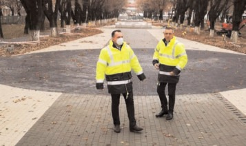Continuă lucrările de reamenajare a Parcului Mitropoliei din Târgovişte