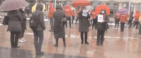 SANITAS DÂMBOVIŢA a protestat în faţa sediului Prefecturii Dâmboviţa