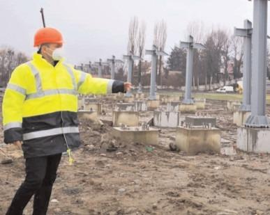"""La Stadionul """"Eugen Popescu"""" se montează viitoarea Tribună I"""