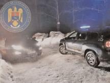 Jandarmii montani şi salvamontiştii, în sprijinul a doi turişti blocaţi cu autoturismul în nămeţi
