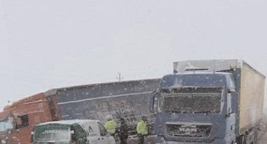 Pe DN 72, în zona localităţii Săcuieni, un autotren a derapat şi a ieşit în decor