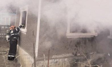 Casa cuprinsă de flăcări în comuna Tătărani