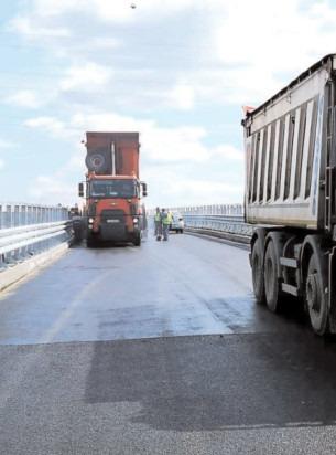 A fost turnat stratul II de asfalt pe pasajul de la Petru Cercel