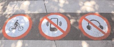 Proiect: Pietonii nu vor mai avea voie să traverseze strada cu căştile pe urechi sau în timp ce utilizează telefonul
