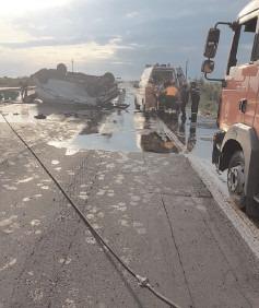 Autoutilitară care transporta 2 tone de ulei uzat alimentar s-a răsturnat pe Autostrada A1