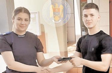 Portofel cu acte şi bani, înapoiat de jandarmi unui elev