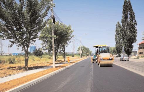 Se toarnă stratul doi de asfalt pe Şoseaua Găeşti
