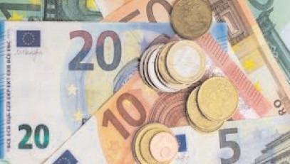 Euro a scăzut sub 4,93 lei