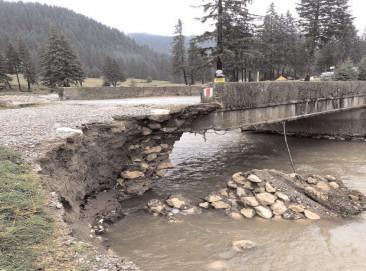 Viitura a distrus, din nou, podul de la Horoabele, conducerea CJ a dispus intervenții rapide