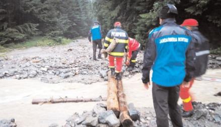Turiști aflaţi în imposibilitatea de a se autoevacua, ajutați de pompieri