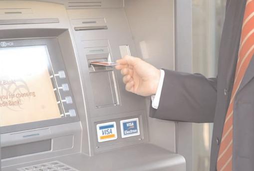 Băncile comerciale, obligate să elimine comisioanele interzise în UE