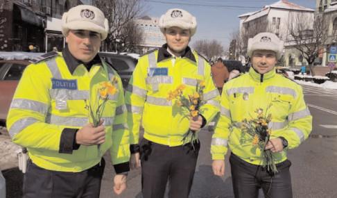 """""""Amendate""""cu flori şi mărţişoare de către poliţiştii rutieri"""