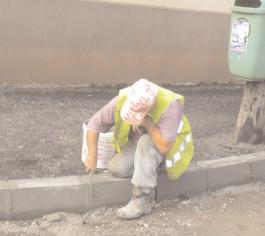 Pe Strada Gimnaziului au început lucrările la terasament şi trotuoare