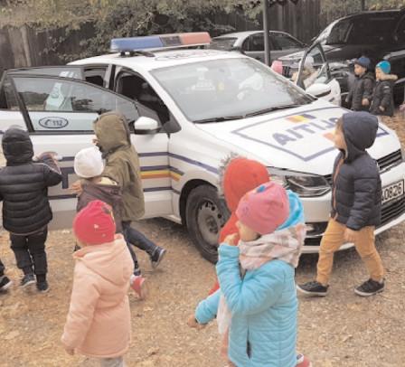"""Poliţiştii din Răcari, alături de preşcolari în cadrul Programului Naţional """"Şcoala Altfel: să ştii mai multe, să fii mai bun!"""""""