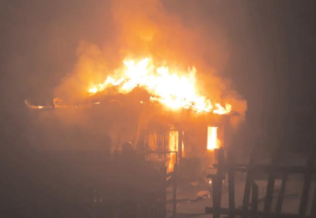 Un bărbat din Sălcuţa şi-a dat foc la casă
