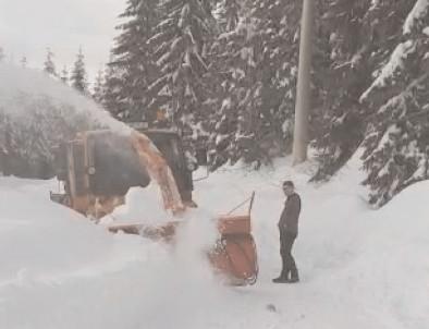 Utilajele de la LDP Dâmboviţa şi CNAIR lucrează pe DJ 714 Moroeni – Peştera pentru ca partea carosabilă a drumului judeţean să fie lărgită la gabaritul maxim