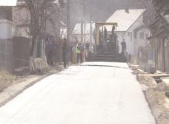 A început asfaltarea pe străzile din Ocniţa