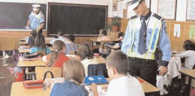 Poliţiştii din Dâmboviţa, alături de elevi, la începutul noului an şcolar