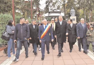 Preşedintele Klaus lohannis şi primarul Gheorghe Grigore au fost în mijlocul cetăţenilor oraşului Găeşti