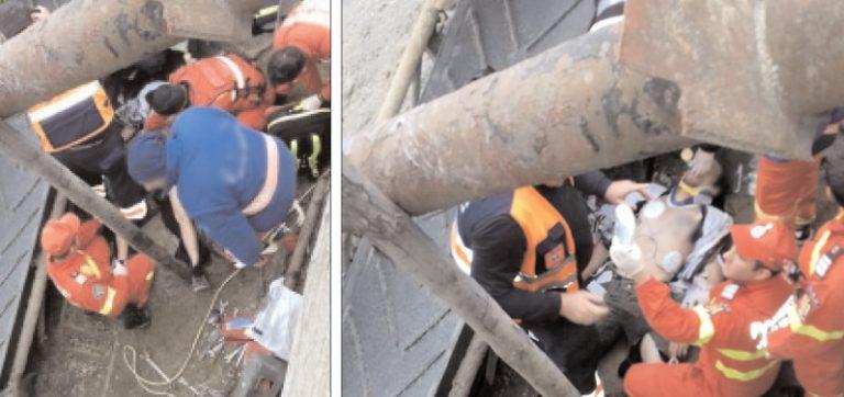 Muncitor prins sub o cupă de agregate minerale