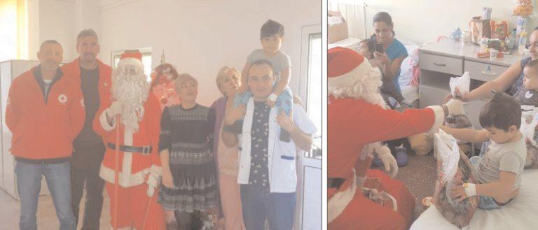 Moş Crăciun şi Crucea Roşie au mers cu daruri la pacienţii de la Spitalul Municipal Moreni