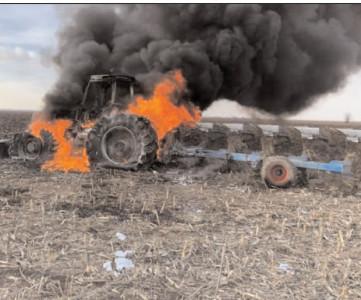 Un tractor cuprins de flăcări pe câmp