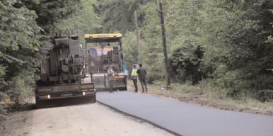 Au început lucrările de asfaltare pe DJ 714A