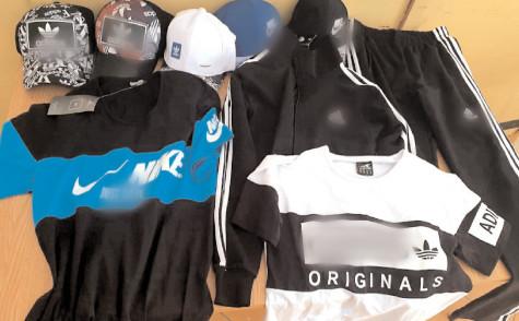 Articole vestimentare contrafăcute, confiscate de jandarmi