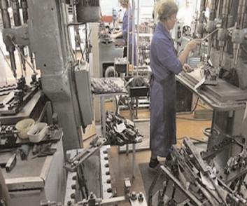 Salariaţii din industria de armament vor beneficia de recunoaşterea condiţiilor speciale de muncă şi de flexibilizarea vârstei de pensionare