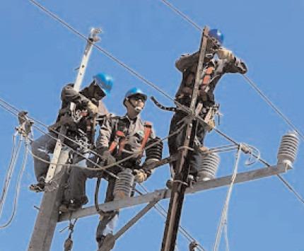 SUCURSALA DE DISTRIBUŢIE A ENERGIEI ELECTRICE Târgovişte execută lucrări