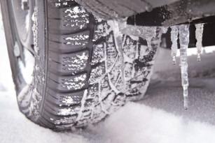 IPJ Dâmboviţa Nu uitaţi de echiparea autoturismului cu anvelope de iarnă, atunci când circulaţi pe drumuri acoperite cu zăpadă, gheaţă sau polei