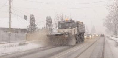 Anvelopele de iarnă sunt obligatorii ori de câte ori se circulă pe drumuri publice acoperite cu zăpadă, gheaţă şi/ sau polei