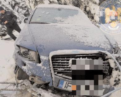 Maşină abandonată într-o râpă din Munţii Bucegi, găsită de jandarmii montani şi salvamontişti