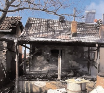 Incendiu la acoperişul unei case din cartierul Priseaca al municipiului Târgovişte