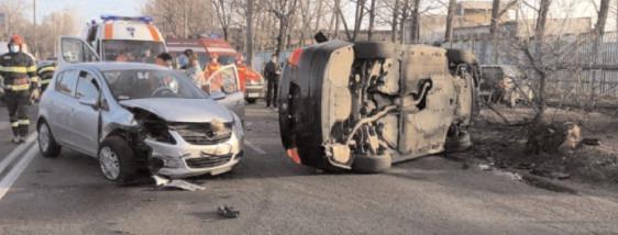 O maşină s-a răsturnat după o tamponare