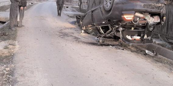 S-a dat cu maşina peste cap, după ce s-a izbit de un pod