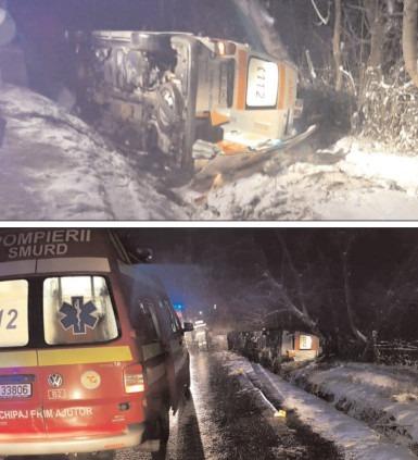 Ambulanţă răsturnată în şanţ